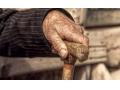 В Зугрэсе нетрезвая женщина, ударив престарелого соседа, открыто завладела его деньгами